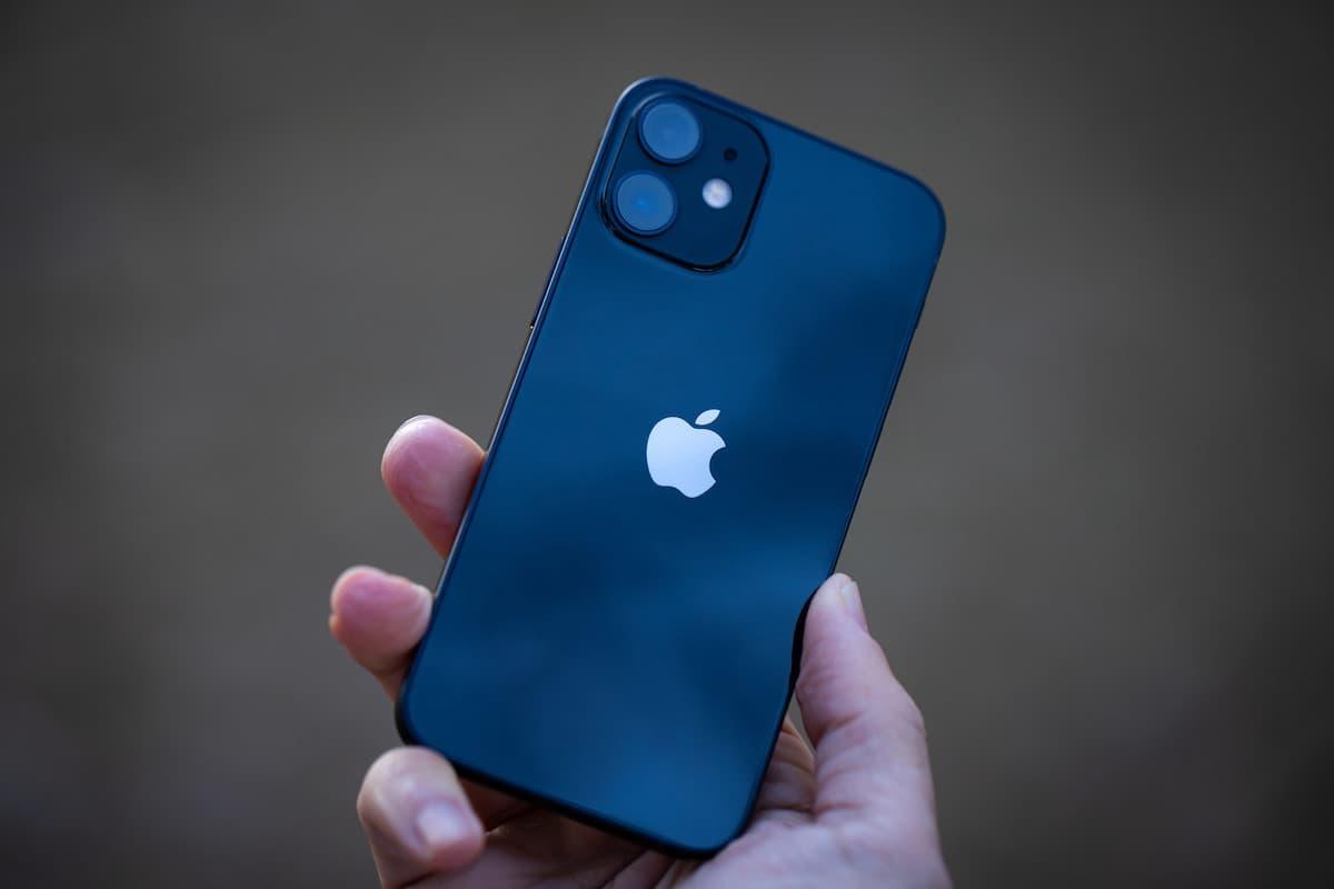 手に持ったiPhone