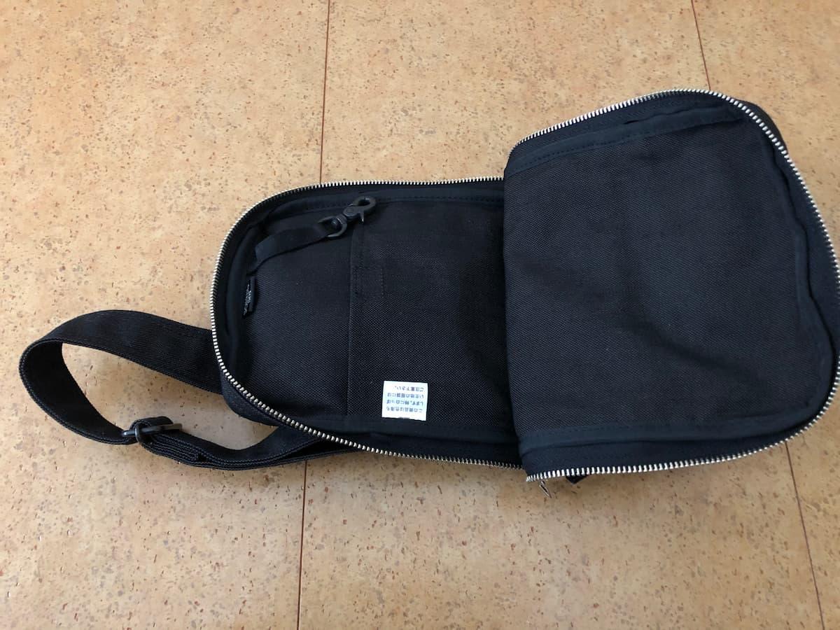 ポーターのショルダーバッグ(スモーキー)の収納力は、複数のポケット付きで、使い勝手が良い